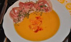 La soupe de potiron aux carottes et aux chips de pancetta